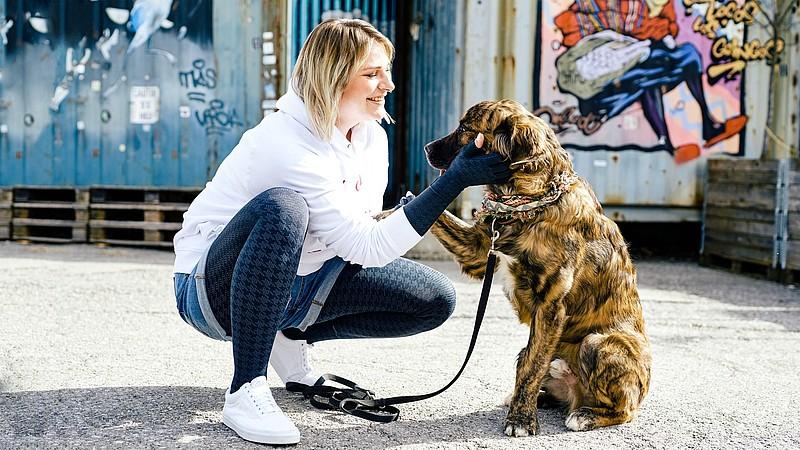 Caroline Sprott con su perro Dante
